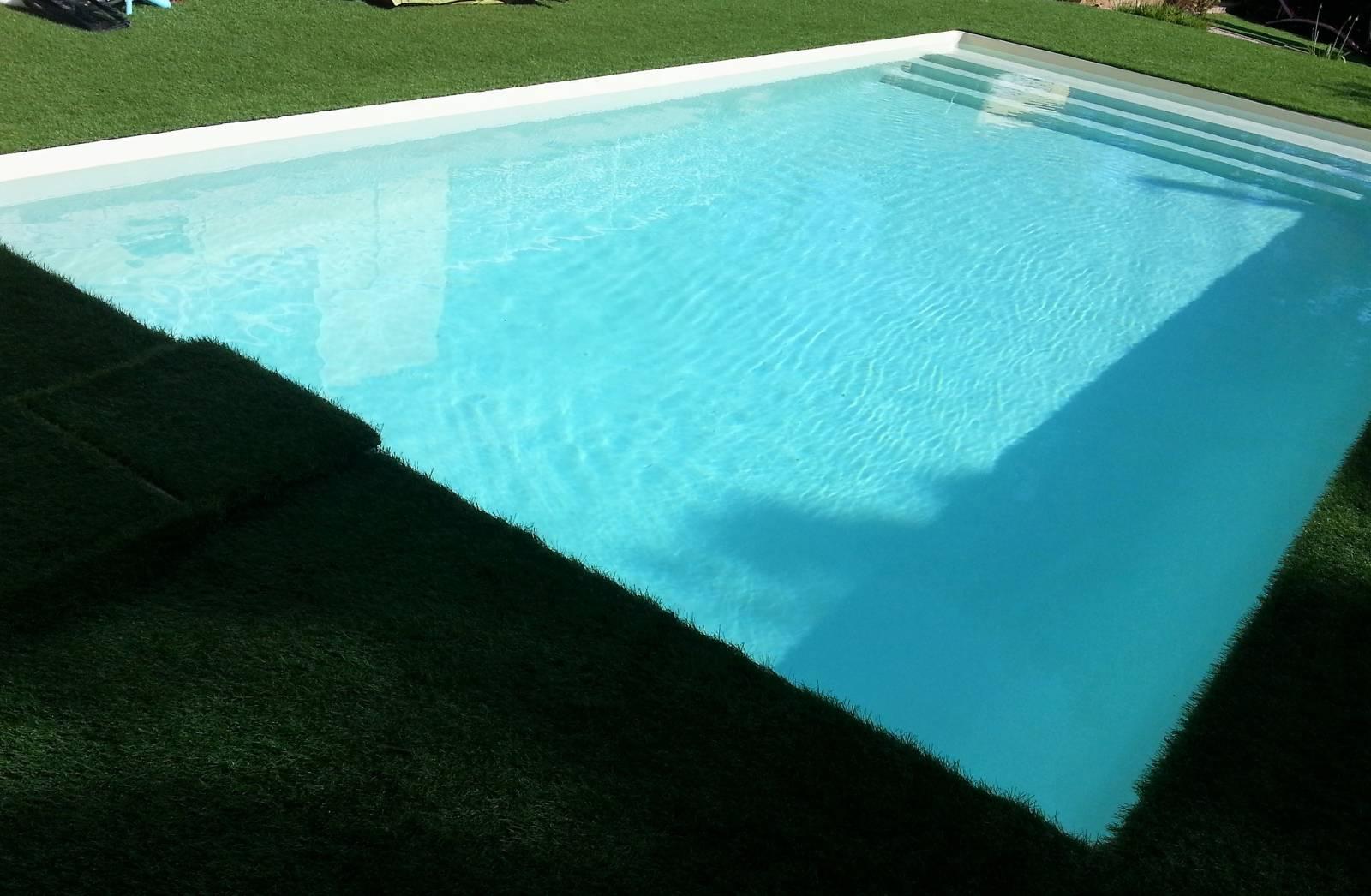 Le gazon autour de la piscine jce piscines for Carrelage autour piscine
