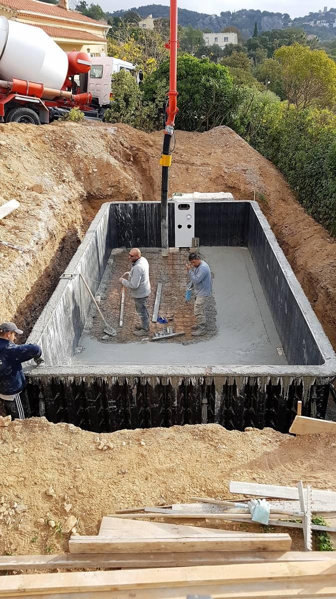 Coulage b ton et mise en eau de piscine desjoyaux jce for Constructeur piscine beton var