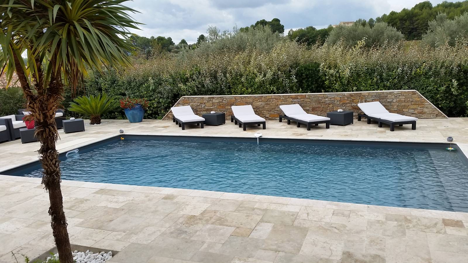 Plage en travertin multiformat jce piscines for Piscine hors sol gris anthracite