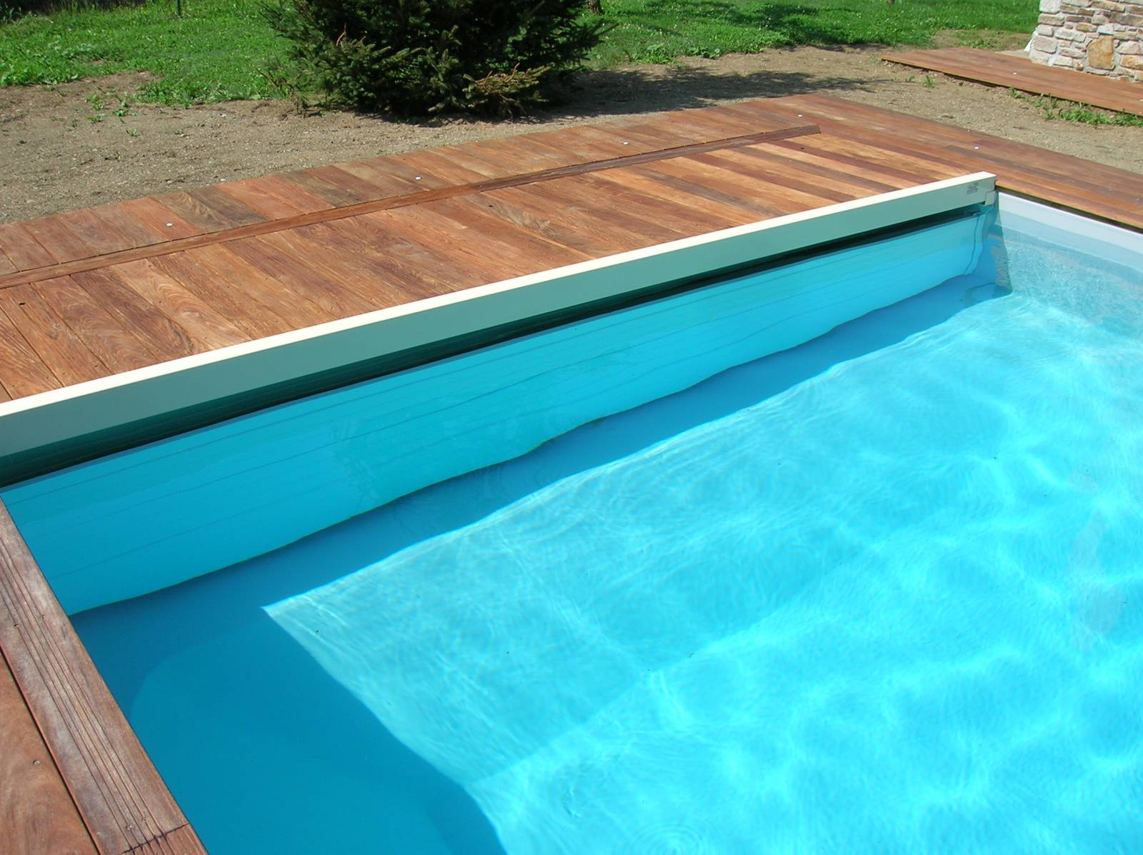 Volet immerge de securite distribu par desjoyaux six for Prix volet immerge piscine 8x4